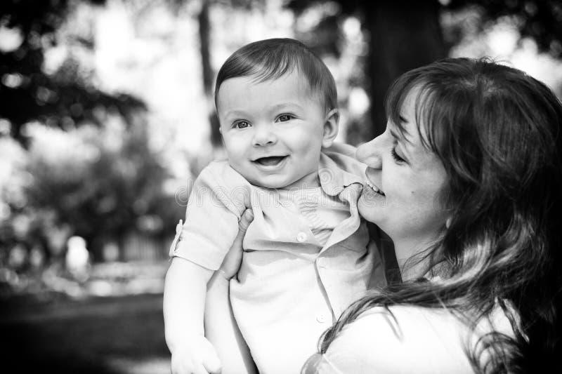 Leuke babyjongen min 1 jaar met zijn mamma stock fotografie