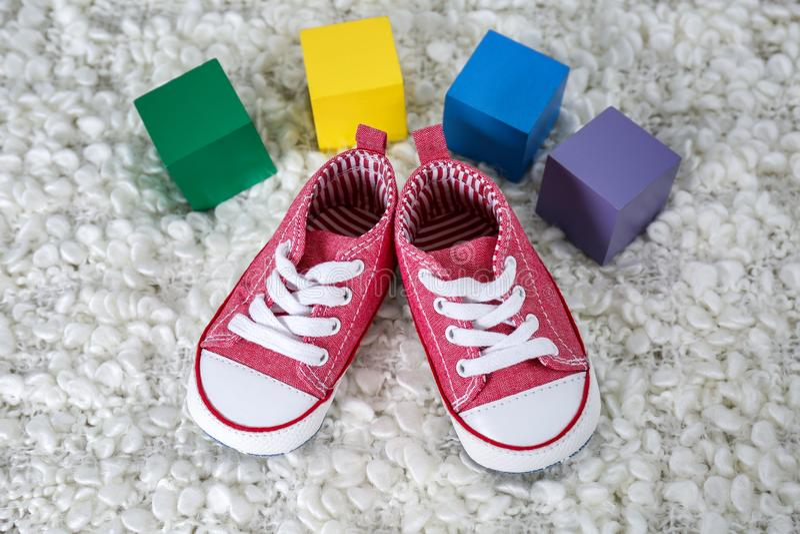 Leuke babyschoenen en kleurrijke kubussen met plaats royalty-vrije stock afbeeldingen