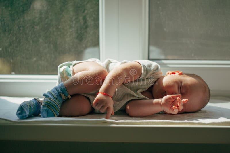 Leuke babyslaap stock foto