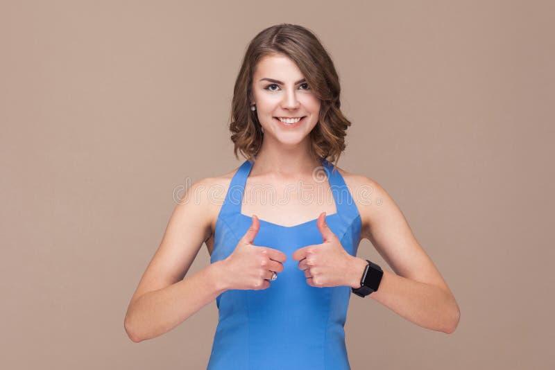 Leuke bedrijfsvrouw die als teken en toothy glimlach tonen stock fotografie