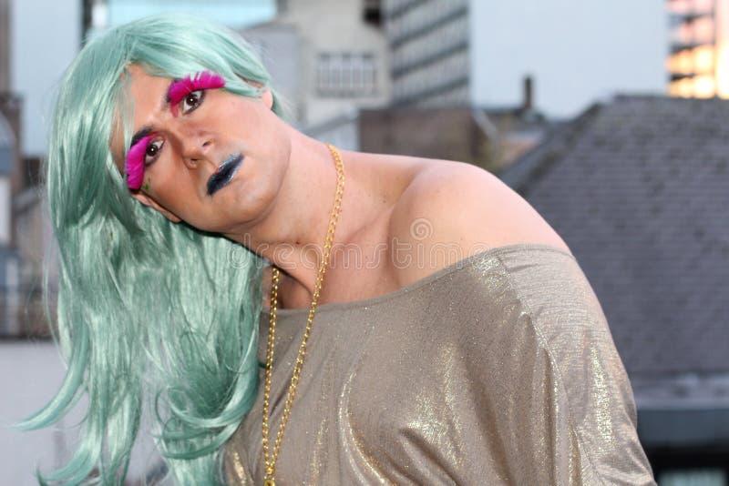 Leuke belemmeringskoningin met groen haar en roze wimpers royalty-vrije stock afbeeldingen