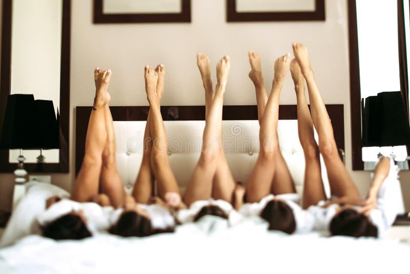 Leuke benen van de bruid en haar meisjes royalty-vrije stock foto's