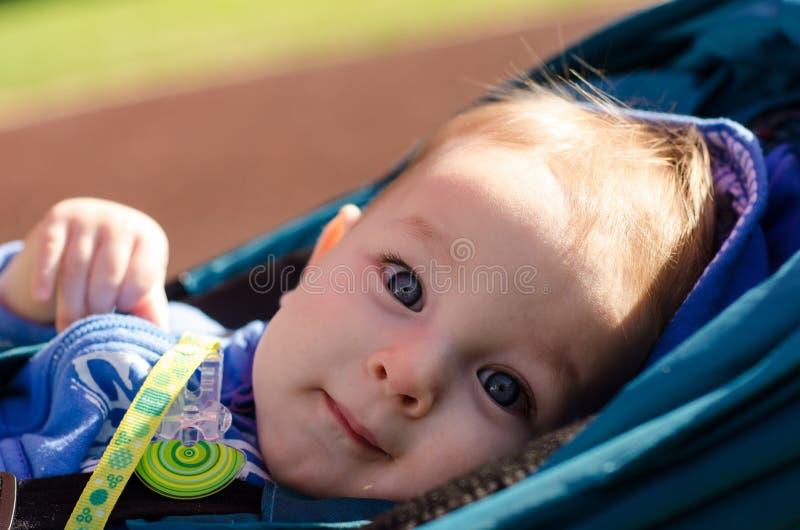 Leuke blauw-eyed baby openlucht royalty-vrije stock foto's