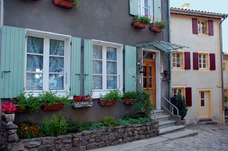 Leuke bloeiende deuren en vensters, Ardeche, Frankrijk stock foto's
