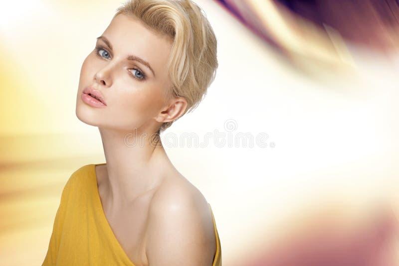 Leuke blondedame met duidelijke teint royalty-vrije stock foto's
