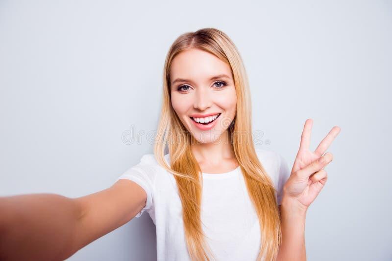 Leuke charmante mooie positieve aantrekkelijke jonge dame met blonde stock foto