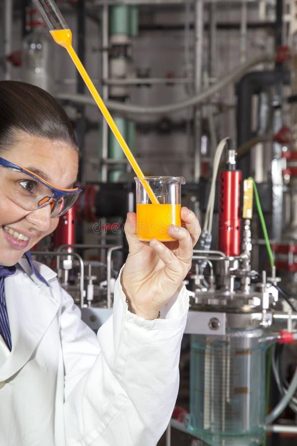 Leuke chemicus die in laboratorium werkt stock foto's