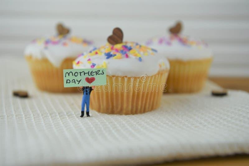 Leuke cupcakes met de decoratie en de moedersdagwoorden van het liefdehart stock foto