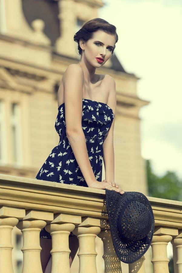 Leuke dame elegant in blauw stock fotografie
