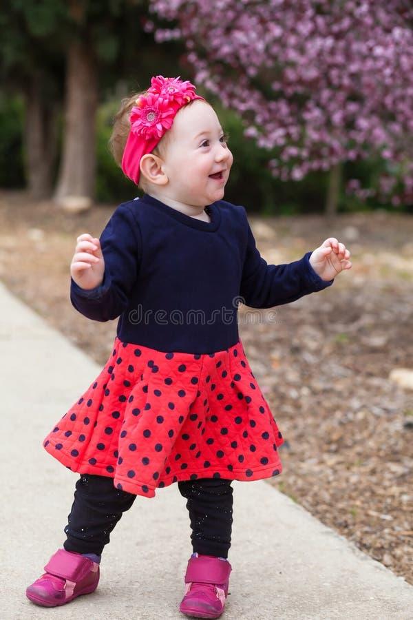 Leuke die baby aan een kant wordt gedraaid royalty-vrije stock foto's
