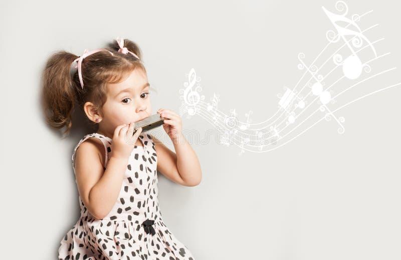Leuke die meisje het spelen harmonika, op wit, het concept van het muziekonderwijs wordt geïsoleerd royalty-vrije stock fotografie
