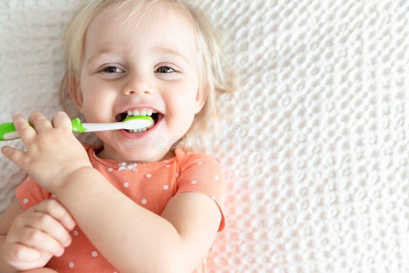 Leuke Gelukkige Baby het Borstelen Tanden en het Glimlachen De ruimte van het exemplaar royalty-vrije stock foto