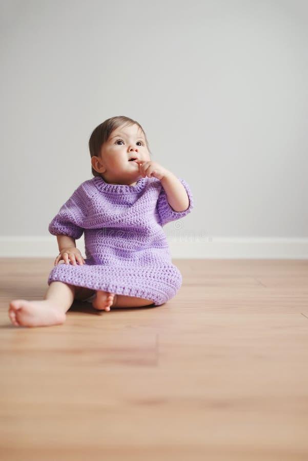 Leuke gelukkige baby met vinger in mond stock foto's