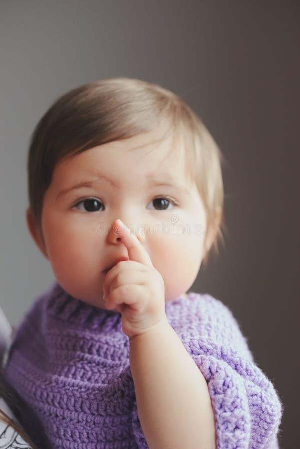 Leuke gelukkige baby met vinger in mond royalty-vrije stock afbeeldingen