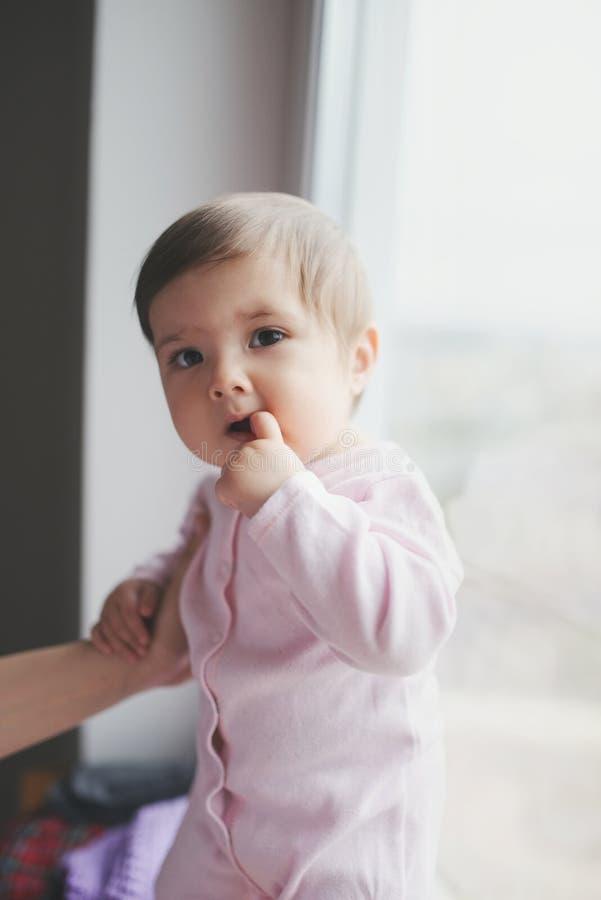 Leuke gelukkige baby met vinger in mond royalty-vrije stock foto's