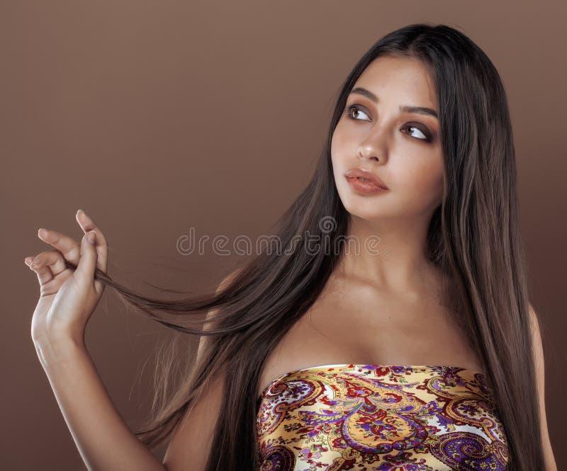Leuke gelukkige jonge Indische vrouw in studio dichte omhooggaand royalty-vrije stock foto