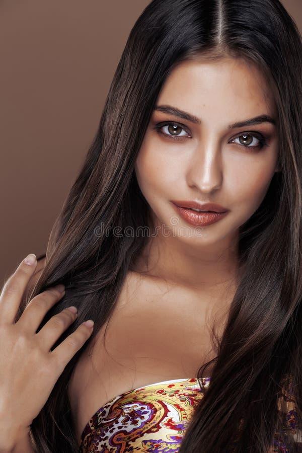 Leuke gelukkige jonge Indische vrouw in studio dichte omhooggaand stock afbeelding