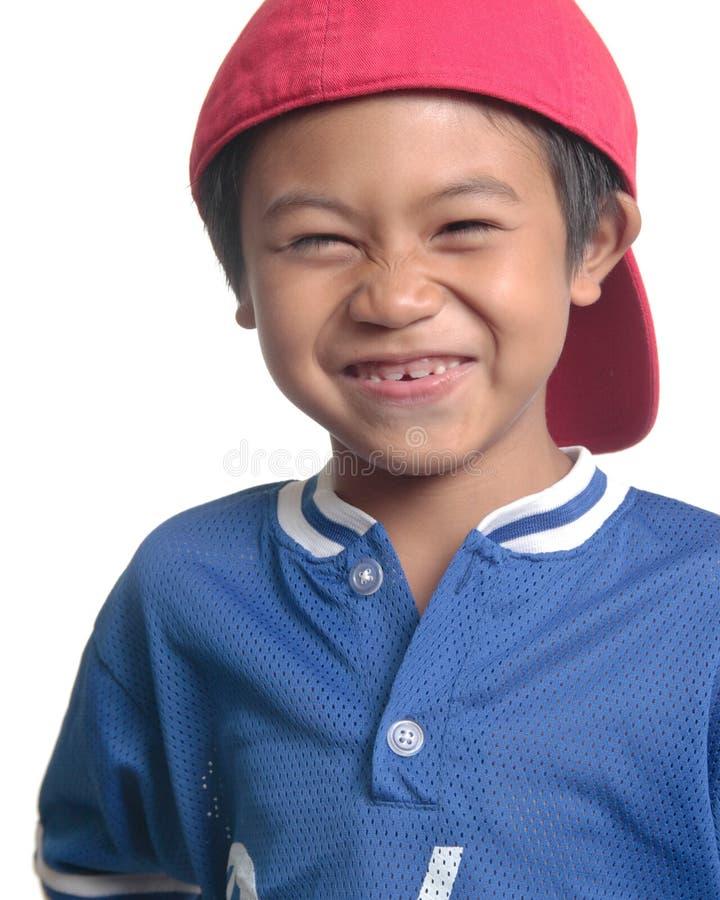 Leuke gelukkige jongen in rood honkbal GLB royalty-vrije stock afbeeldingen