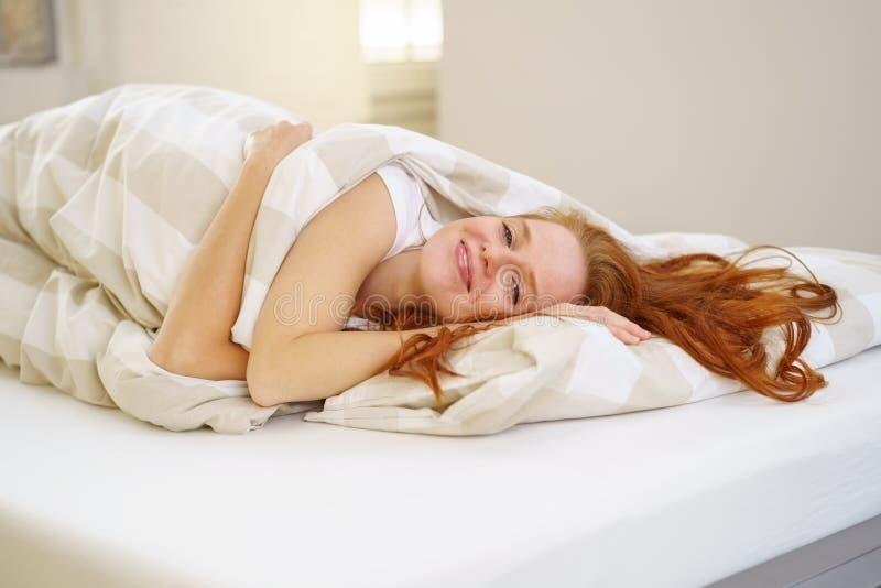Leuke geruste jonge vrouw na een verfrissende slaap royalty-vrije stock foto's