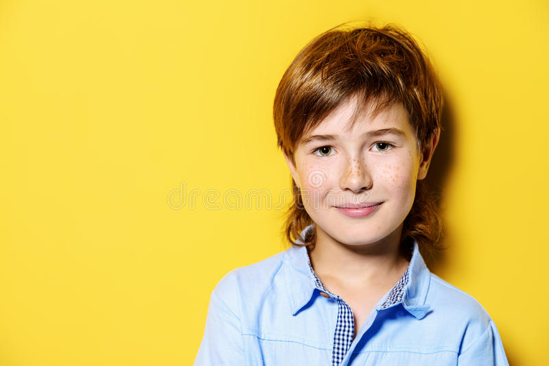 Leuke glimlachende jongen royalty-vrije stock fotografie