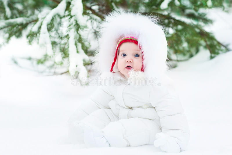 Leuke grappig weinig baby in de winterpark onder grote boom royalty-vrije stock foto