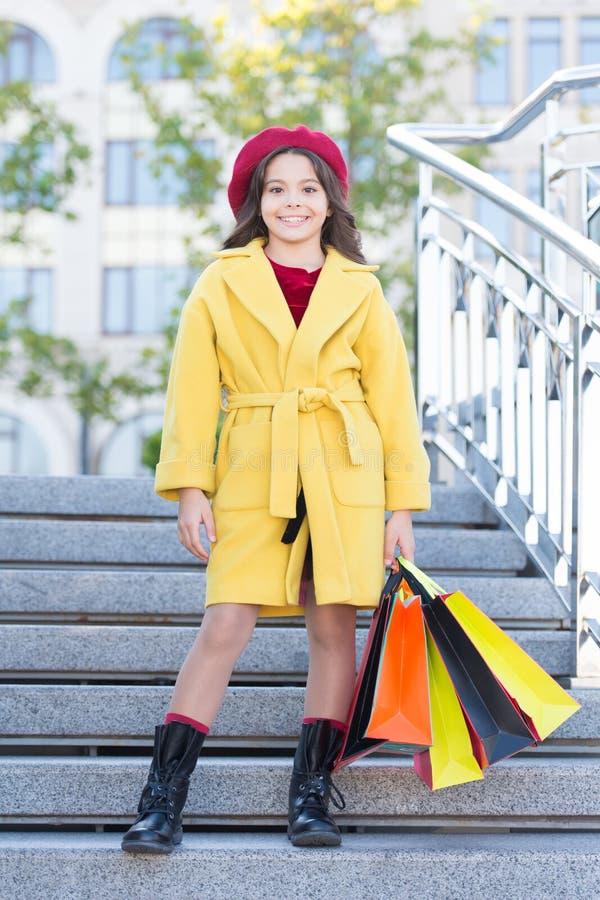 Leuke het meisje weinig dame kleedde Franse stijllaag en de baret draagt het winkelen zakken De herfst het winkelen concept Weini stock foto's