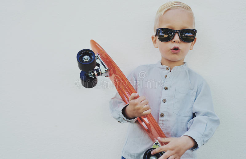 Leuke hipster weinig jongen met een skateboard royalty-vrije stock foto's