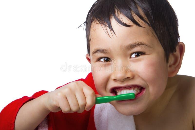 Leuke jonge Aziatische jongen die zijn tanden borstelt stock foto