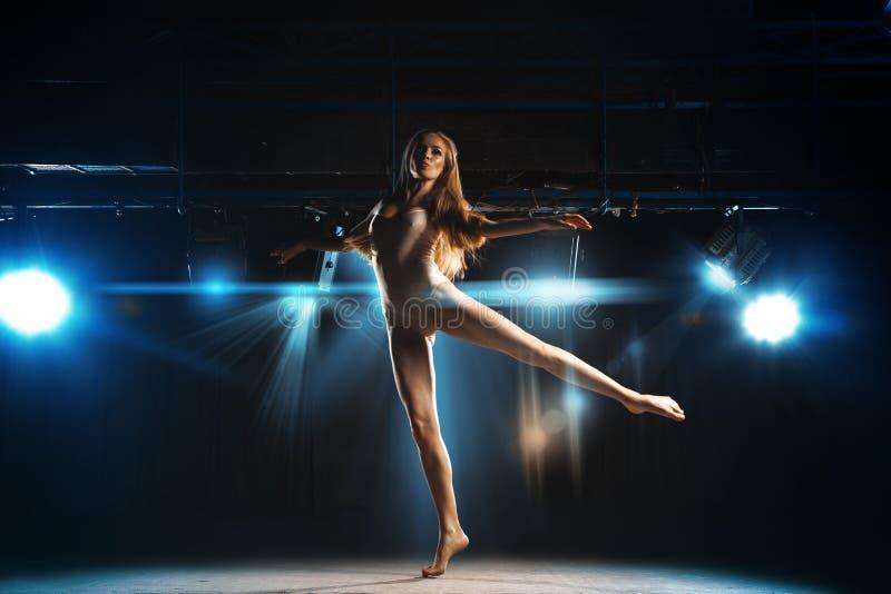 Leuke jonge blondeballerina die op stadium dansen stock afbeeldingen