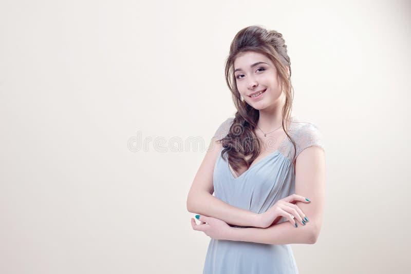 Leuke jonge dame die in luxueuze lange kanten die kleding dragen op achtergrond wordt geïsoleerd stock fotografie