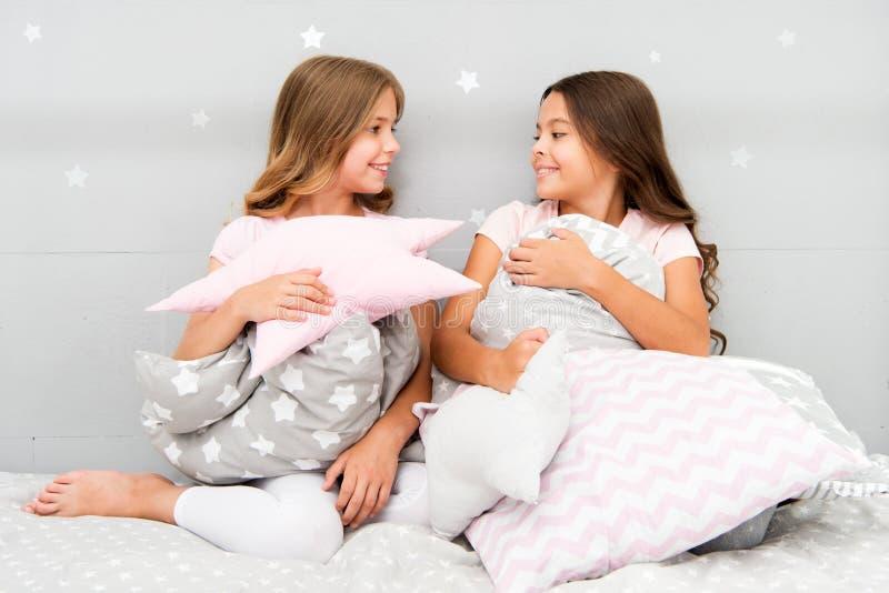 Leuke jonge geitjeshoofdkussens die zij zal houden van om te knuffelen Vind decoratieve hoofdkussens en voeg pret aan ruimte toe  stock afbeelding