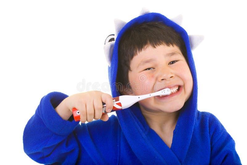 Leuke jonge jongen met grote glimlach het borstelen tanden stock foto