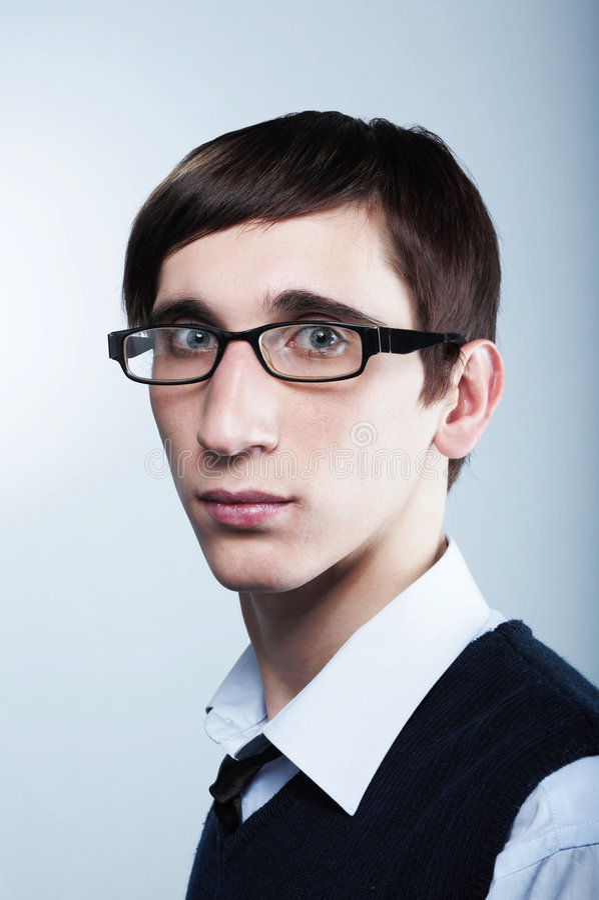 Leuke jonge kerel die glazen draagt stock fotografie