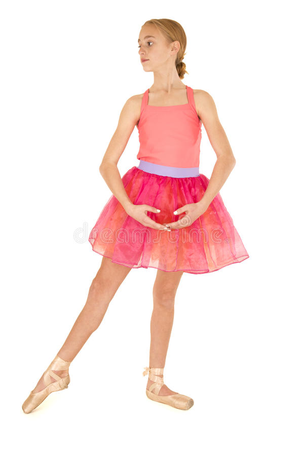 leuke jonge meisjesballerina die dragend roze tutu stellen royalty-vrije stock foto's