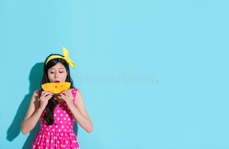 Leuke jonge vrouw die watermeloenfruit eten stock afbeelding