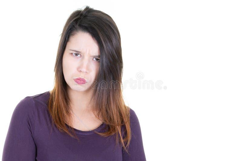 Leuke jonge vrouw die zich met teleurgestelde geïrriteerde stemming bevinden royalty-vrije stock afbeelding