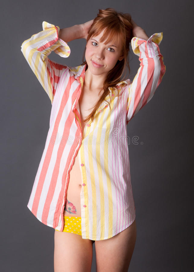 Leuke Jonge Vrouw in Overhemd en Kousen stock afbeelding