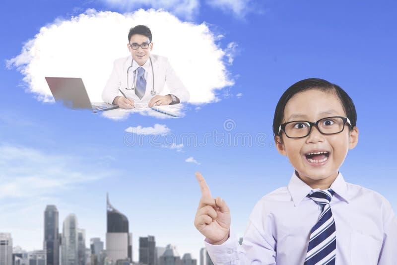 Leuke jongen die een arts veronderstellen te zijn stock afbeelding
