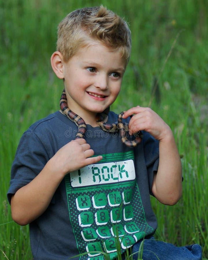Leuke jongen en slang royalty-vrije stock afbeeldingen