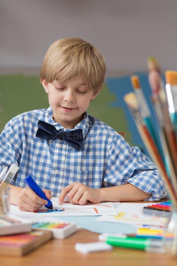 Leuke jongen in kleuterschool stock foto's