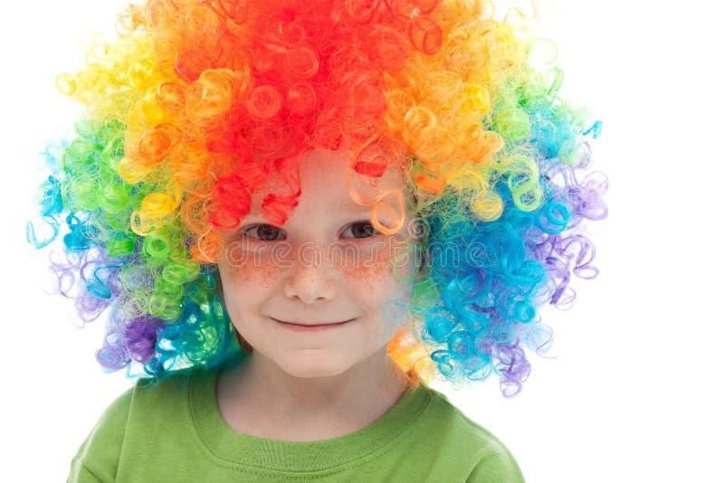 Leuke jongen met sproeten en clownhaar royalty-vrije stock foto's