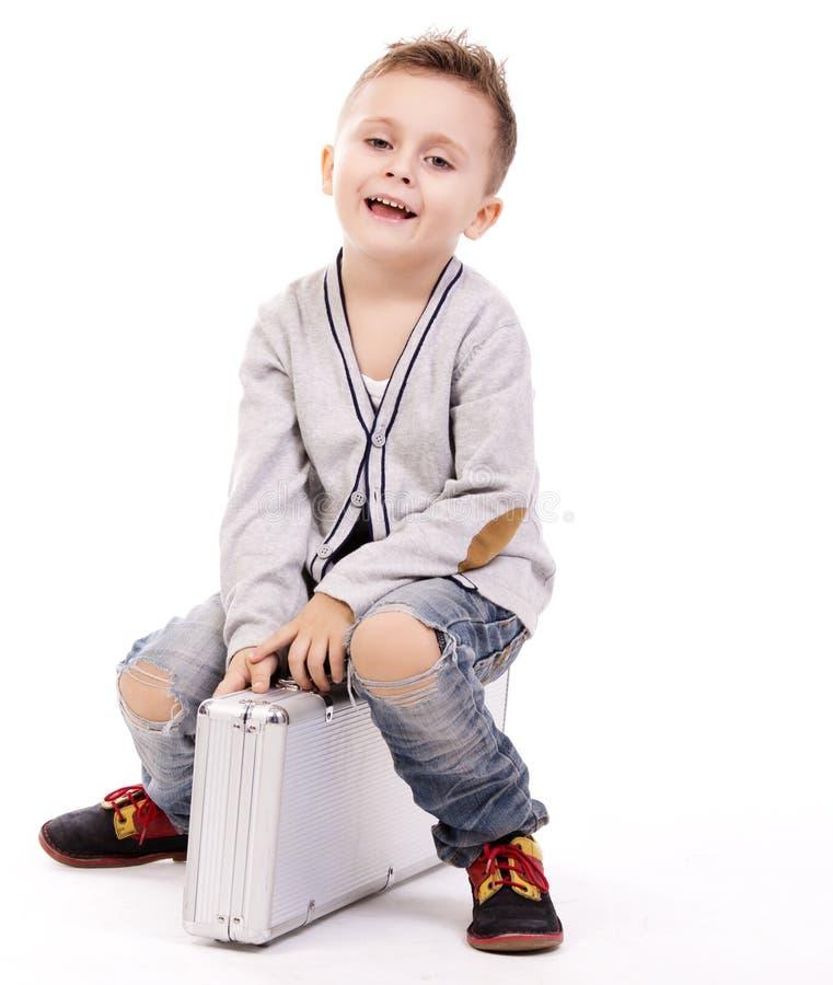 Leuke jongenszitting op bagage stock afbeelding
