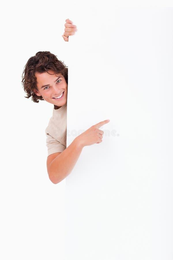 Leuke Kerel die op een whiteboard richt stock afbeeldingen