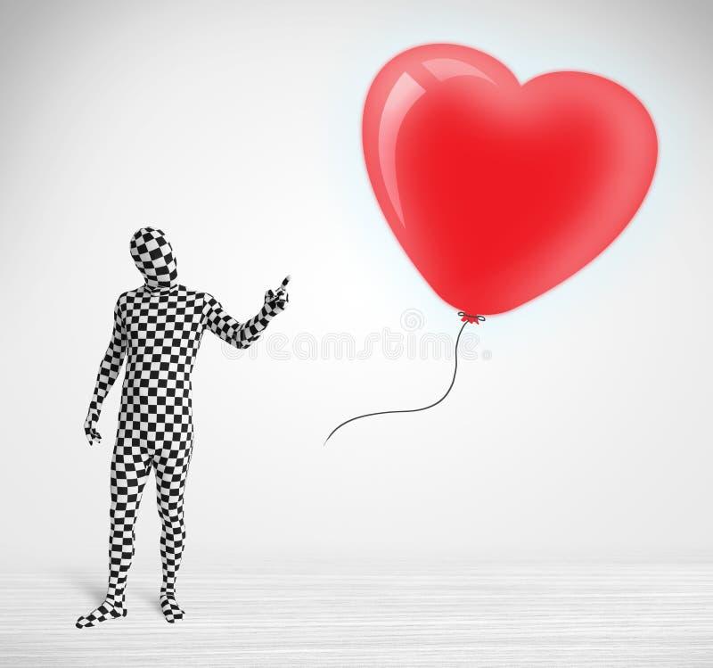 Leuke kerel in het kostuum die van het morpsuitlichaam een ballon gevormd hart bekijken stock illustratie