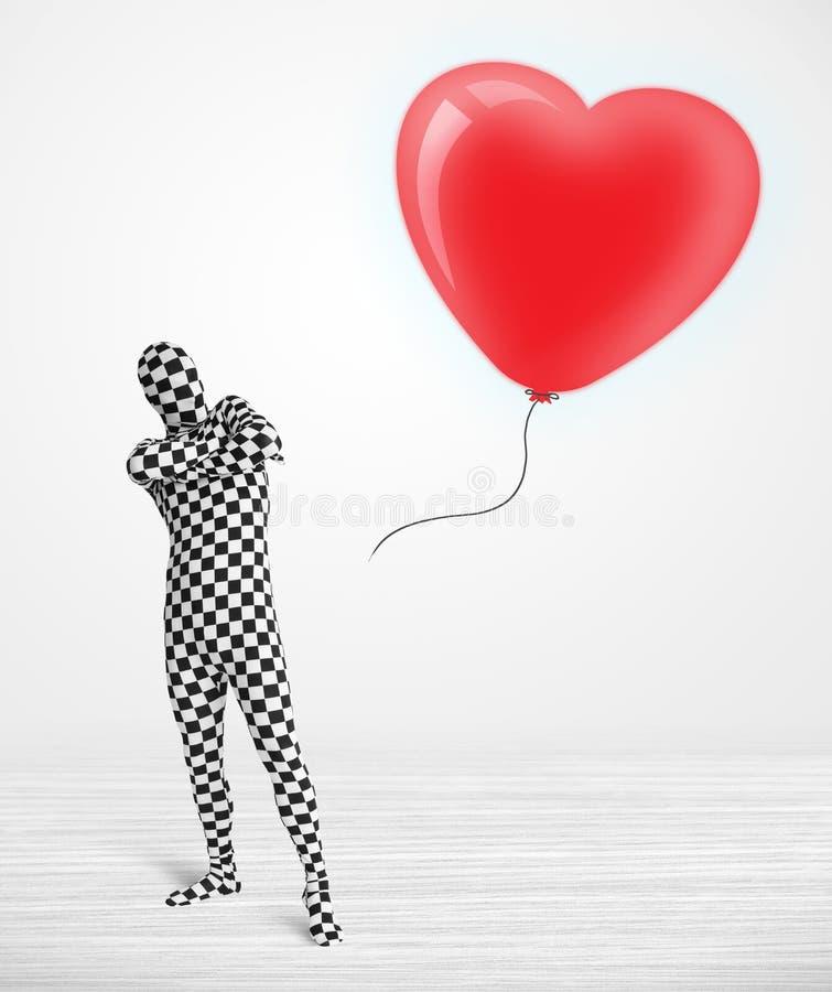 Leuke kerel in het kostuum die van het morpsuitlichaam een ballon gevormd hart bekijken vector illustratie