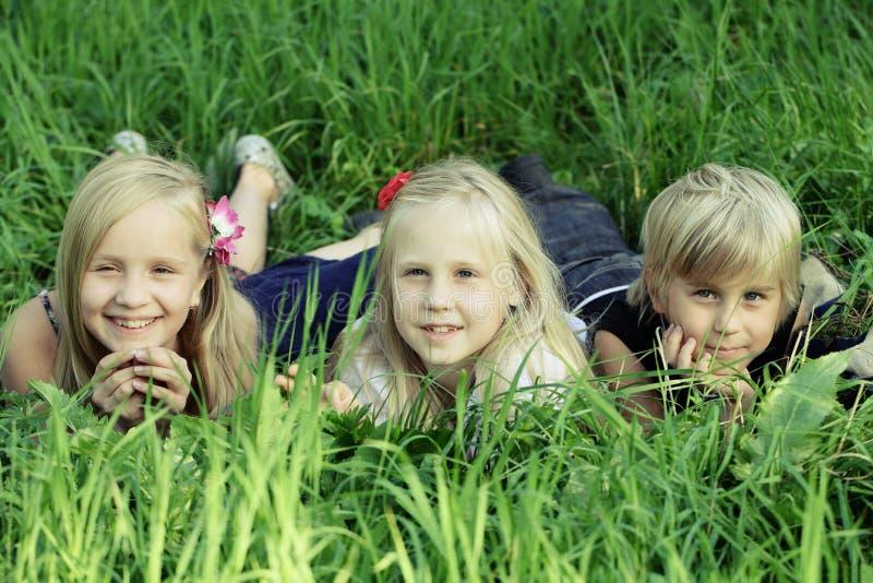 Leuke kinderen in openlucht, jonge geitjes in de zomer stock fotografie