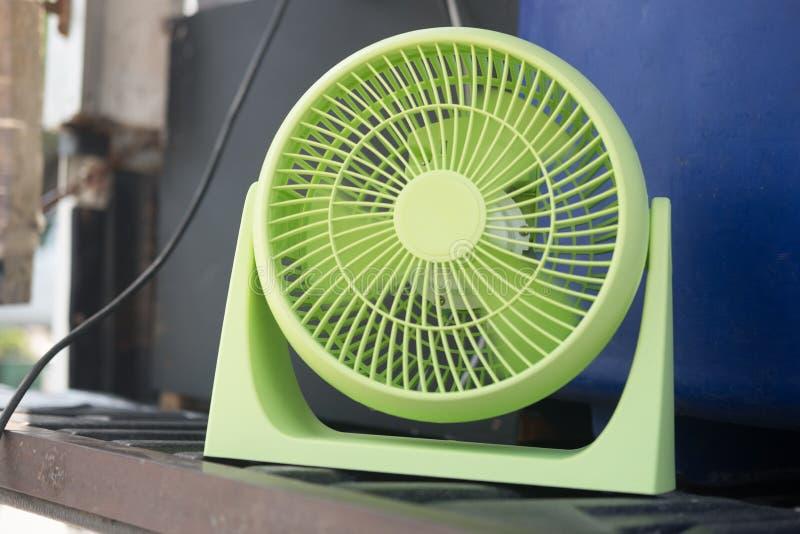 Leuke kleine elektrische ventilator royalty-vrije stock afbeelding