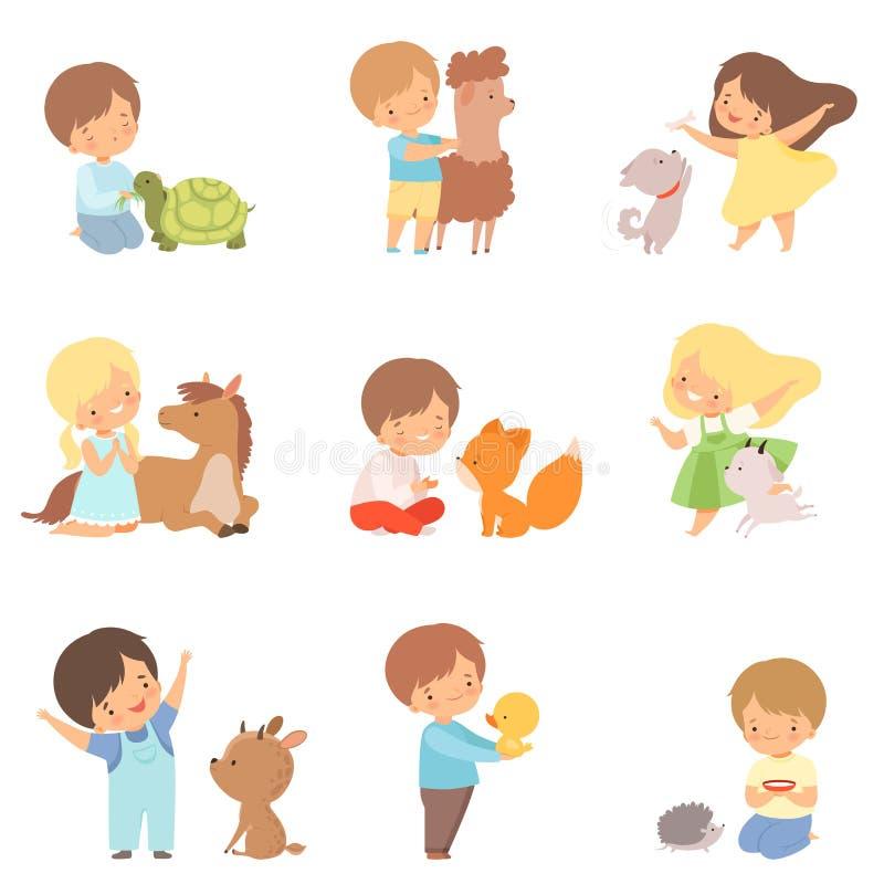Leuke Kleine Kinderen die met het Spelen spelen, en Dieren, Jong geitje koesteren voeden die met Dier in Contactdierentuin in wis stock illustratie