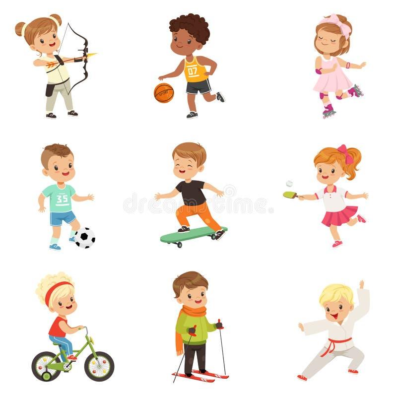 Leuke kleine kinderen die verschillende sporten, voetbal, basketbal, boogschieten, karate, het cirkelen, rol het schaatsen spelen vector illustratie