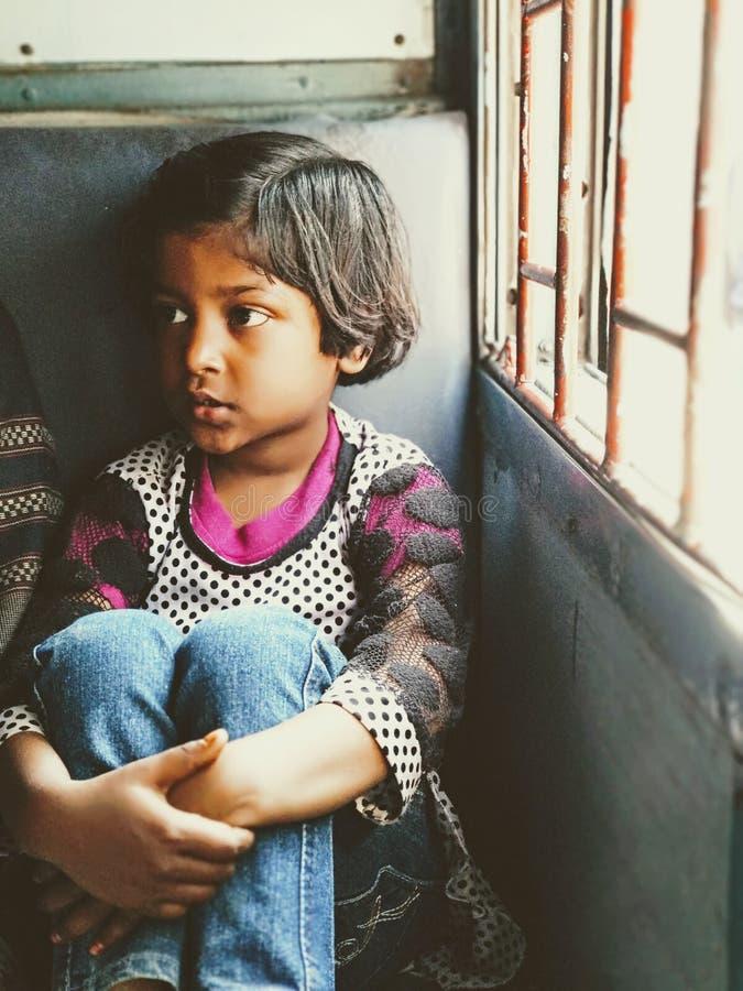 Leuke kleine kindreis alleen in de trein stock afbeeldingen